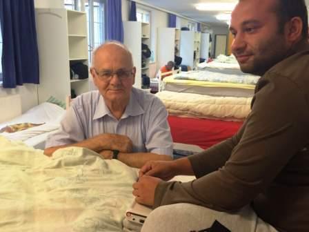 Im VinziNest hat Gustl Eisner (li) warme Betten und viel Herz zu vergeben (© VinziWerke)