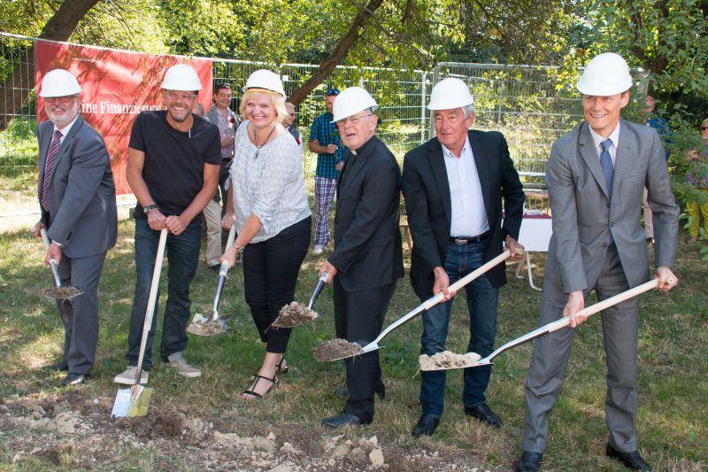 Der Spatenstich des VinziDorf Wien_v.l. Obmann Pratl, Architekt Hagner, Pfarrer Pucher, GF Sedlak und Bank Vorstand Böhler (© Markus Kubicek)
