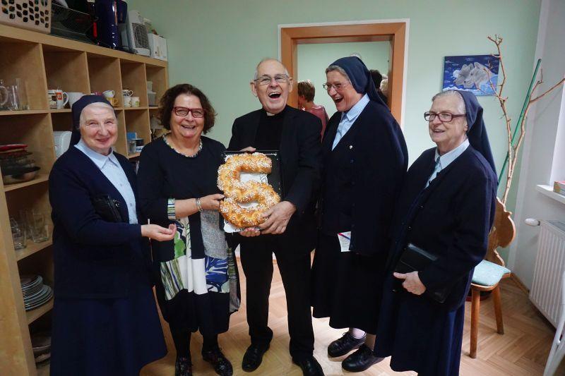 Ein 5er zum Jubiläum - VG Salzburg Präsidentin Traudi Scheichel backte und Pfarrer Pucher freute sich mitsamt den Barmherzigen Schwestern über die Köstlichkeit (© VinziWerke)