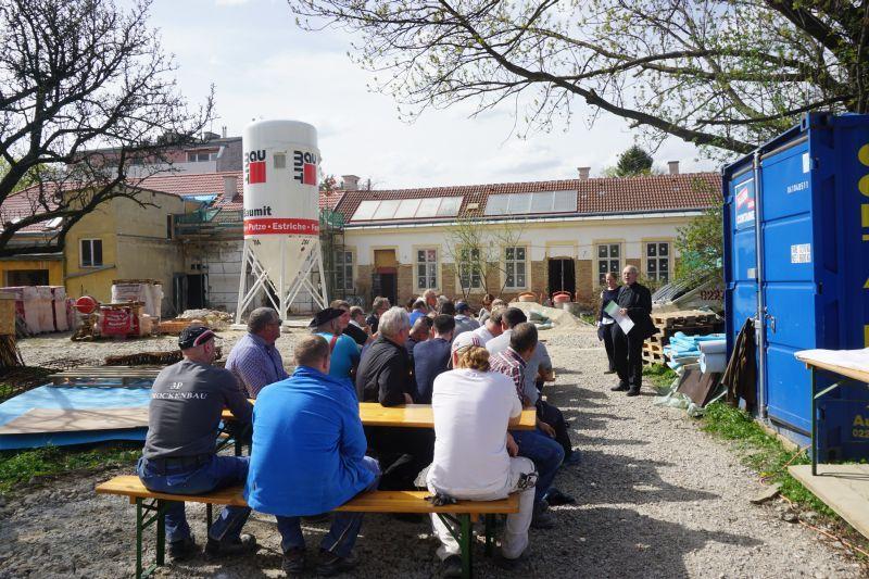 Baustelle VinziDorf Wien - Pfarrer Pucher dankt den Mitwirkenden (© VinziWerke)