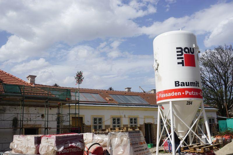 Blick auf den fertigen Dachstuhl - VinziDorf Wien entsteht (© VinziWerke)