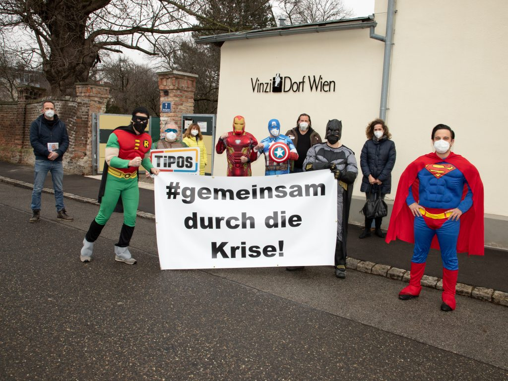 Die Superhelden von TiPOS und Partner*innen: Batman, Robin, Superman, Captain America, Ironman, Turtle Leonardo, Dr. Christina Meinl (Meinl Kaffee), Mag. Birgitt Hammerl (Wäscherei Hammerl), Mag. Erich Haller (Obsthaus) und Rafael Kirchtag (Wiener VinziWerke) (c) Foto Knoll_Christian Kisling